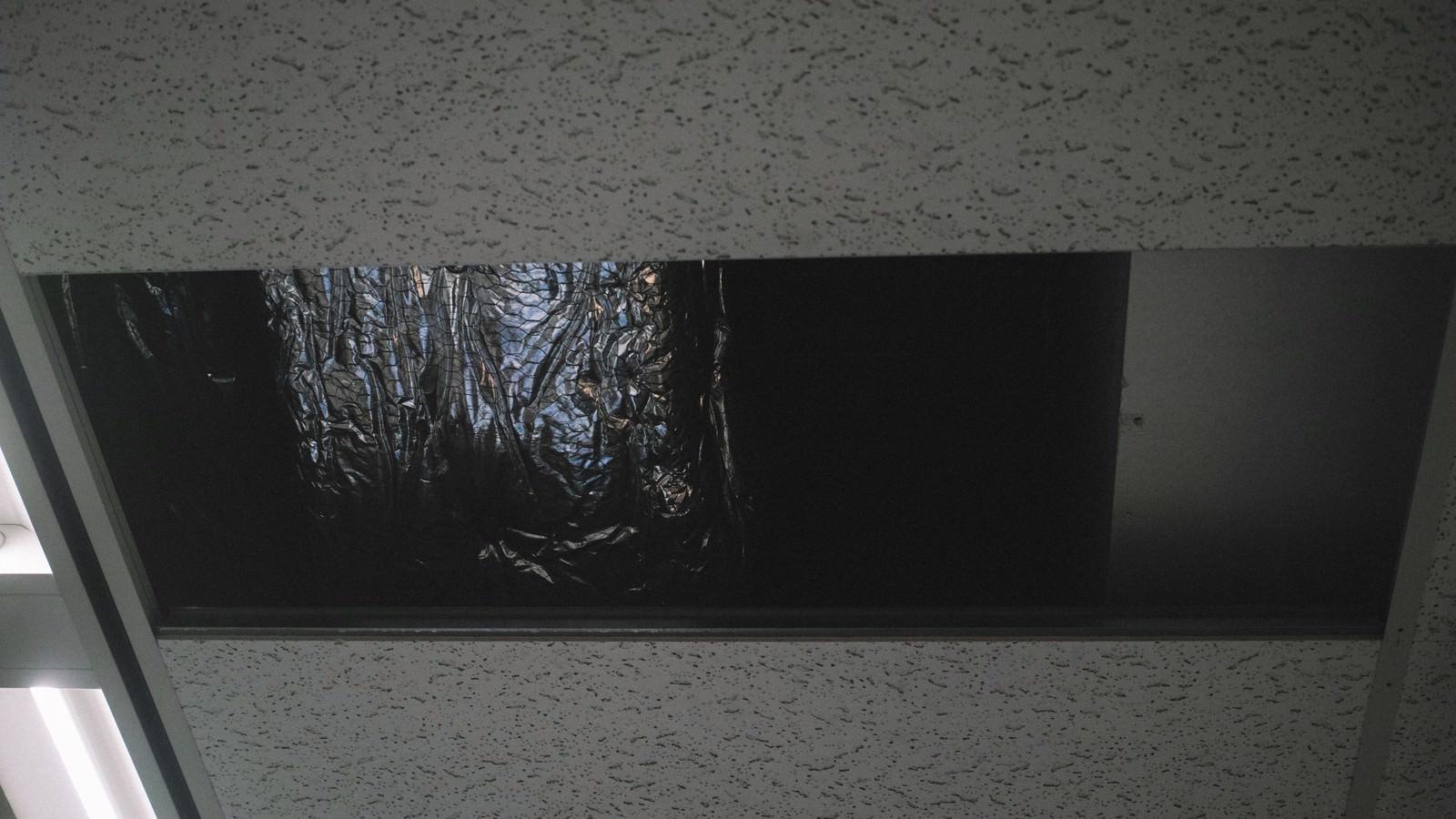 「天井に穴が空いた天井に穴が空いた」のフリー写真素材を拡大