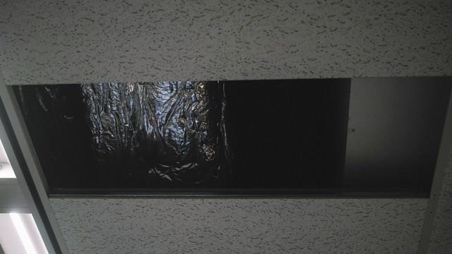 「天井に穴が空いた」のフリー写真素材