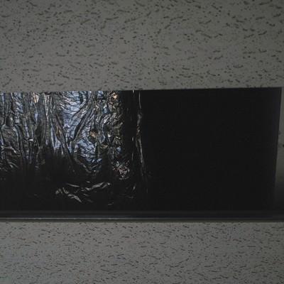 「天井に穴が空いた」の写真素材
