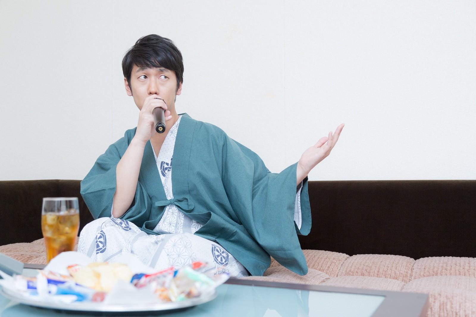 「温泉街で行う営業のリハーサルをする若手演歌歌手」の写真[モデル:大川竜弥]