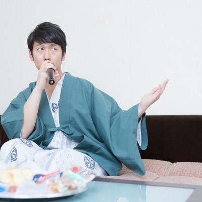 温泉街で行う営業のリハーサルをする若手演歌歌手の写真