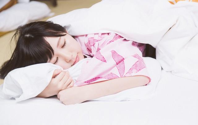 これから起こる寝起きドッキリを見破りネタフリをする女性タレントの写真