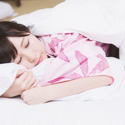 「これから起こる寝起きドッキリを見破りネタフリをする女性タレント」の写真素材