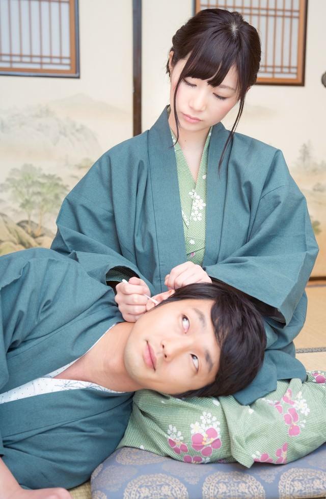 彼女の膝枕で耳かきを堪能する彼の写真