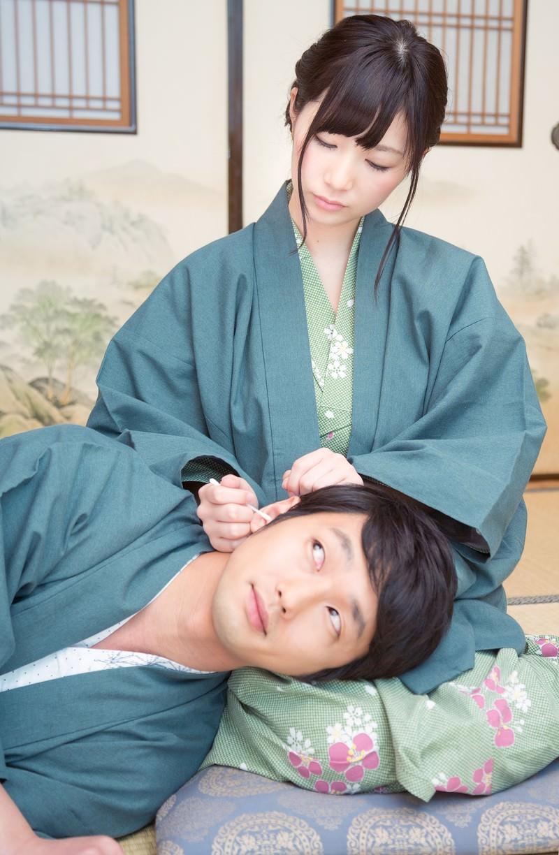 「彼女の膝枕で耳かきを堪能する彼彼女の膝枕で耳かきを堪能する彼」[モデル:大川竜弥 伊藤里織]のフリー写真素材を拡大