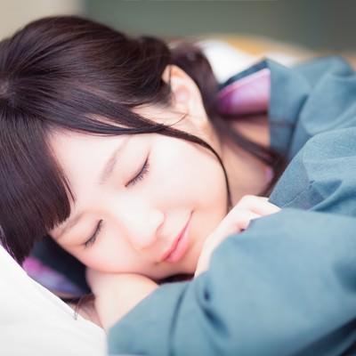 「マッサージ中熟睡してしまった女性」の写真素材