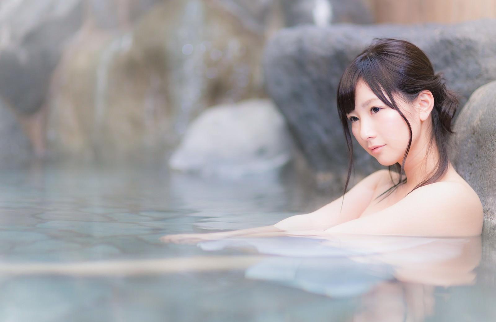 「貸切状態の露天風呂を満喫する温泉好き女子」の写真[モデル:伊藤里織]
