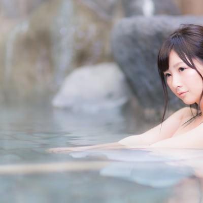 貸切状態の露天風呂を満喫する温泉好き女子の写真