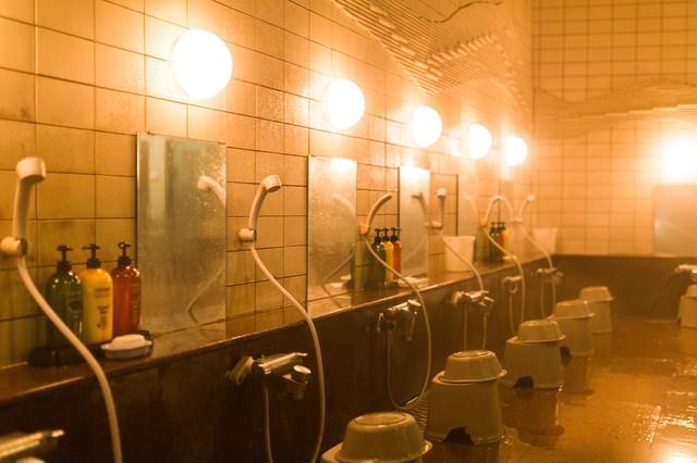 浴場(鏡とシャワー)の写真
