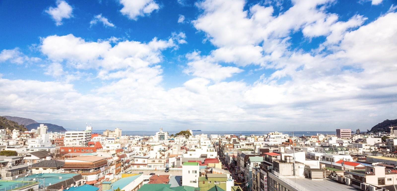 「伊東の海と街並み」の写真