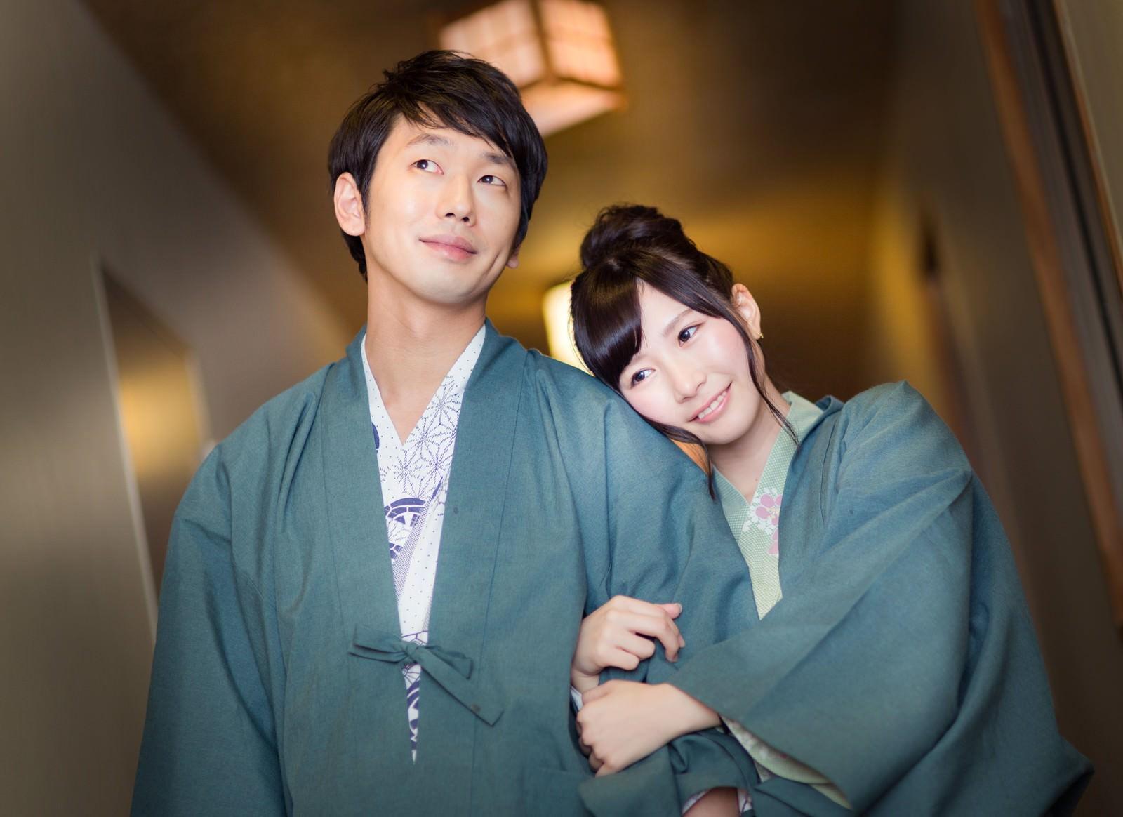 「初めての温泉旅行を満喫するカップル」の写真[モデル:大川竜弥 伊藤里織]
