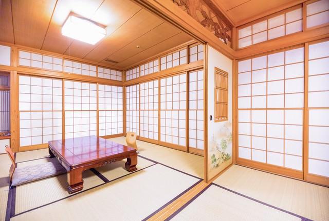 旅館のくつろげる和室(ふすま)の写真