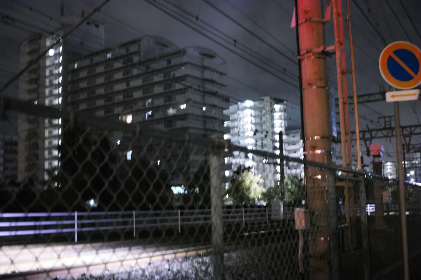 「深夜の線路とフェンス」の写真