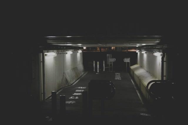 薄暗い高架下の通路の写真