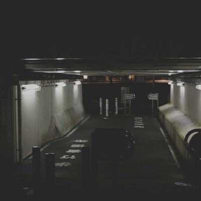 「薄暗い高架下の通路」の写真素材