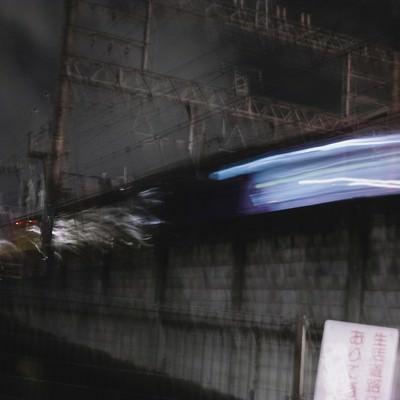 「夜間列車が通る」の写真素材