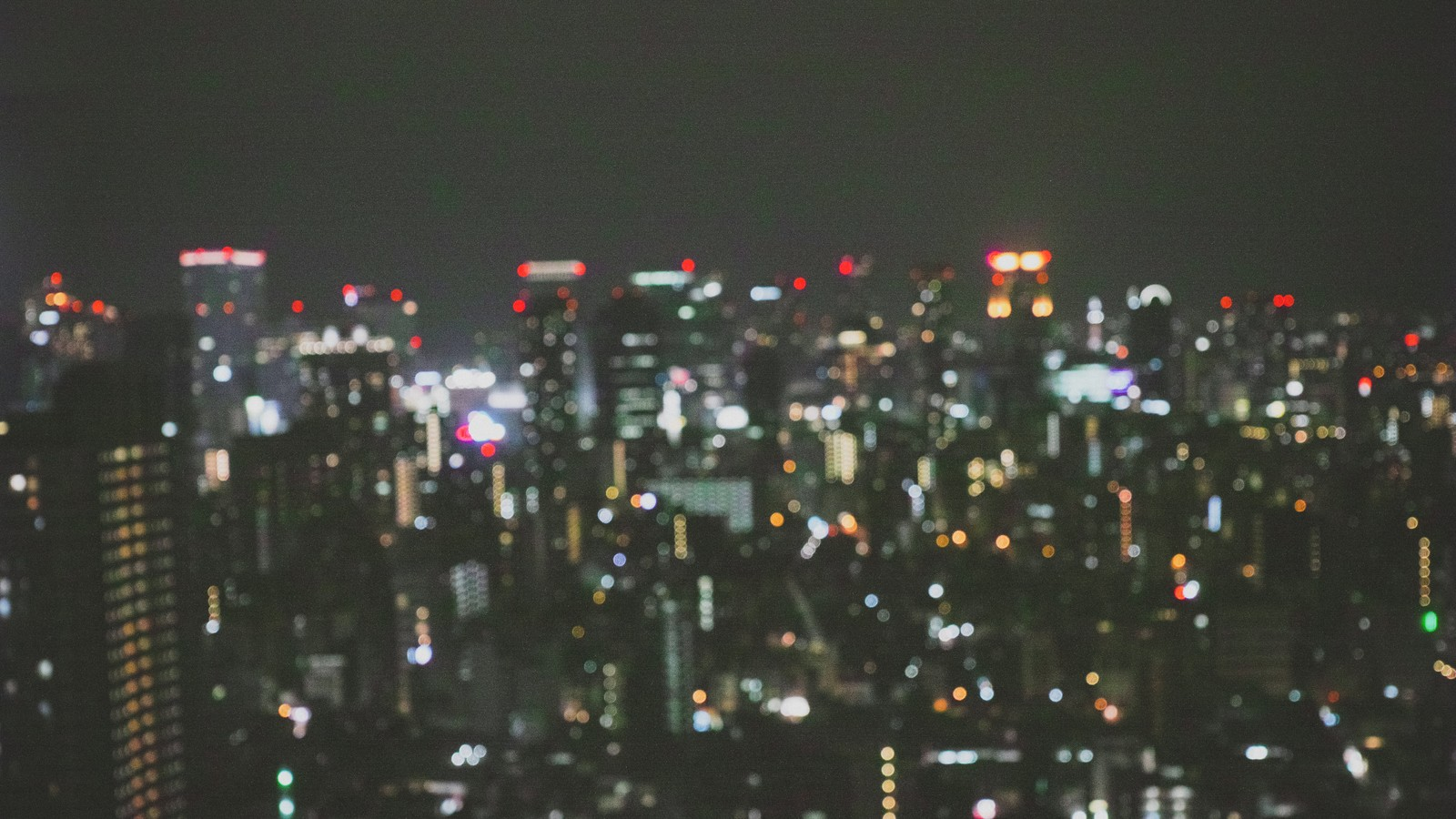 「ピンボケした都会の夜景ピンボケした都会の夜景」のフリー写真素材を拡大