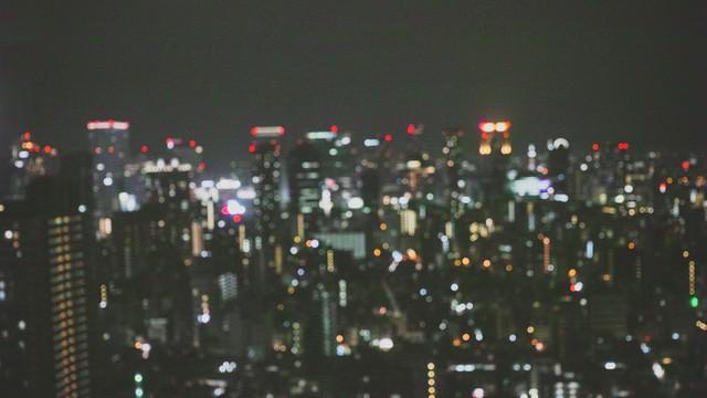ピンボケした都会の夜景の写真