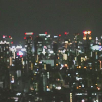 「ピンボケした都会の夜景」の写真素材