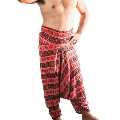 ノンラーと民族衣装を身にまとい現地民になりきる男性の写真