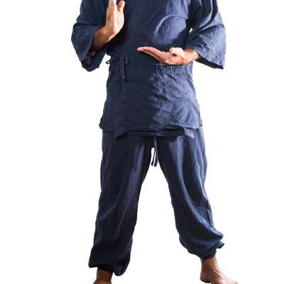 作務衣を着て真顔で大仏ポーズをとる男性の写真