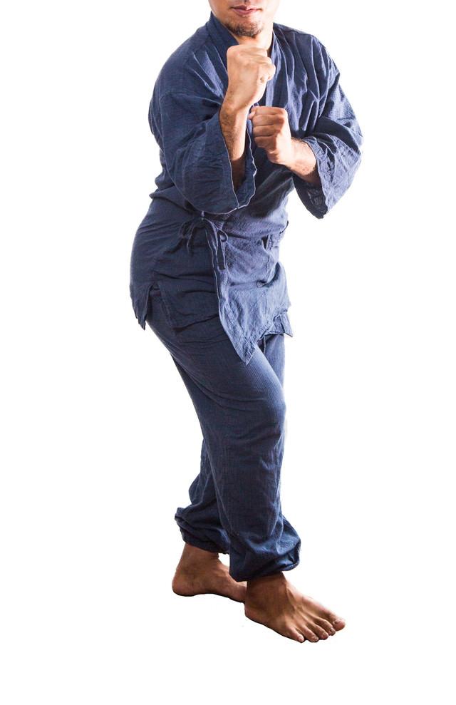 柔道着を身にまといファイティングポーズをとる男性の写真