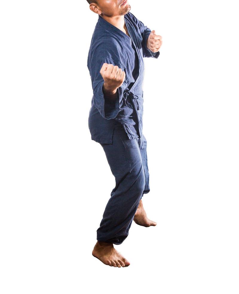 「かかってこいよと喧嘩を売る男性 | 写真の無料素材・フリー素材 - ぱくたそ」の写真