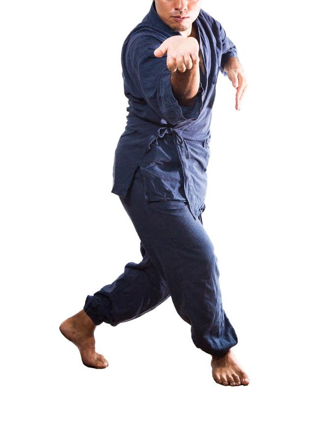 摺り足でかかってこいと挑発する男性の写真