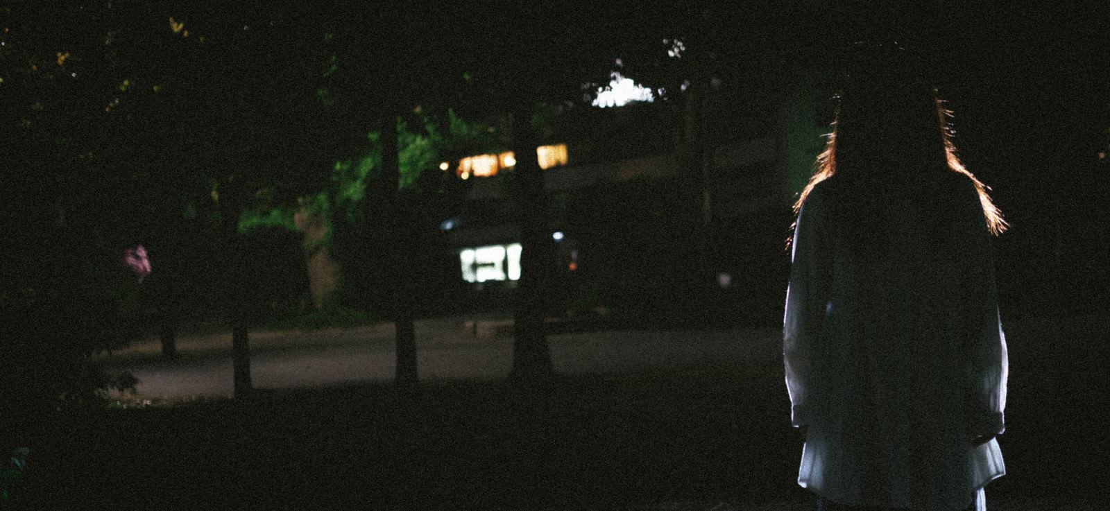 「暗闇と女性のシルエット」の写真[モデル:河村友歌]