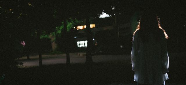 暗闇と女性のシルエットの写真