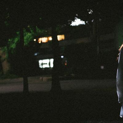 「暗闇と女性のシルエット」の写真素材
