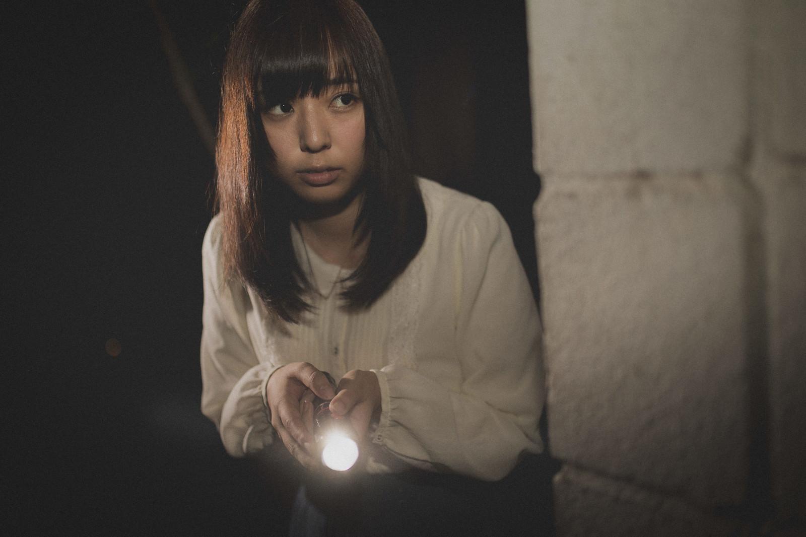 「深夜にひとりで廃墟を探索する女性」の写真[モデル:さとうゆい]