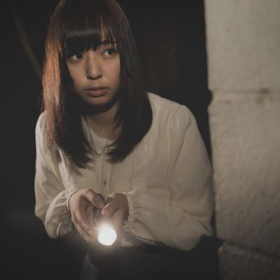 「深夜にひとりで廃墟を探索する女性」の写真素材