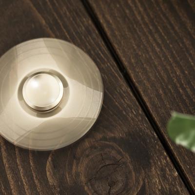 「いつの間にかテーブルで回している中毒性の高い玩具ハンドスピナー」の写真素材