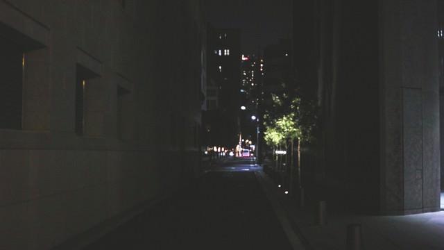 寝静まったビル街の写真