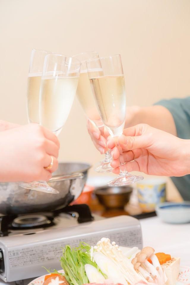 旅館の鍋料理と乾杯の写真