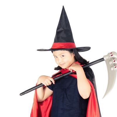 「ハロウィンの衣装を着せたら娘の様子がおかしい」の写真素材