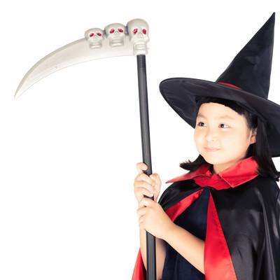 「死神の鎌をもった魔法少女」の写真素材