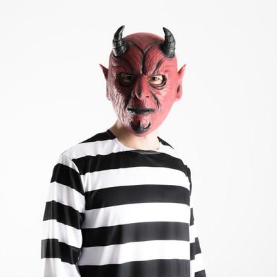 「朝起きたら悪魔と体が入れ替わっていた男性」の写真素材