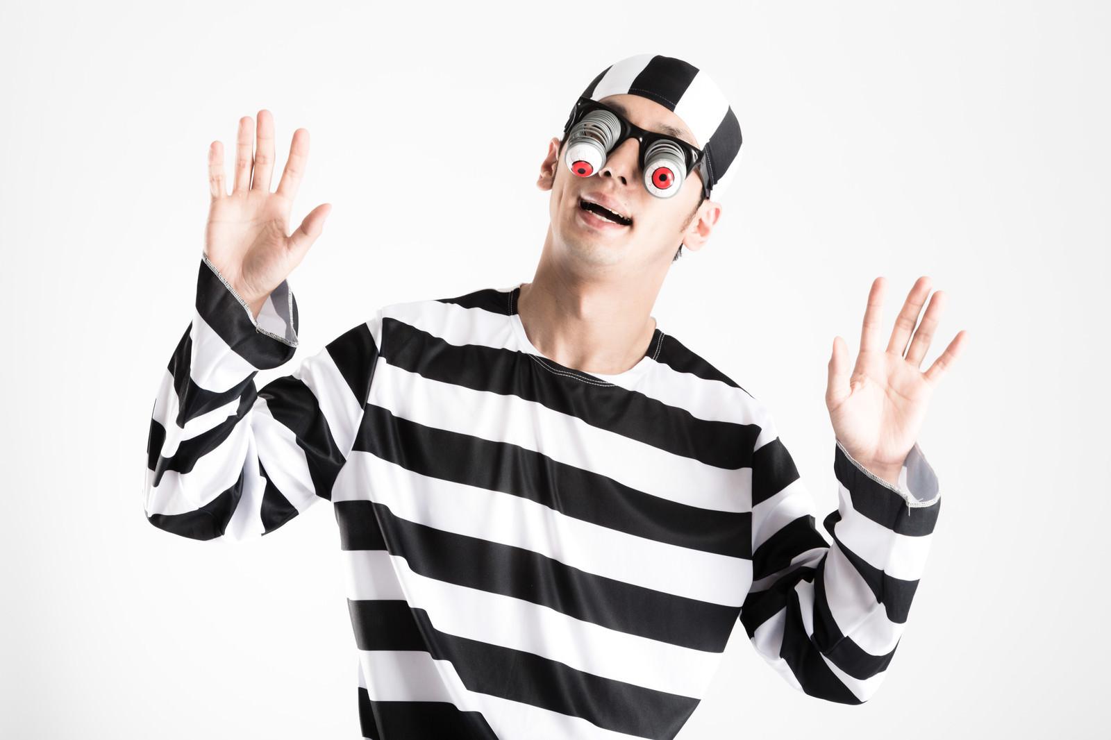 「[閲覧注意]突然の刑期延長に目が飛び出る囚人」の写真[モデル:大川竜弥]