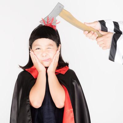 「脳天直撃テヘペロ少女」の写真素材