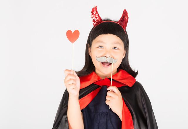 ハロウィン大好きな笑顔の少女の写真
