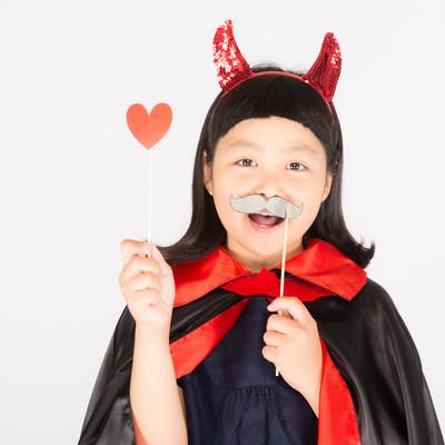 「ハロウィン大好きな笑顔の少女」の写真素材