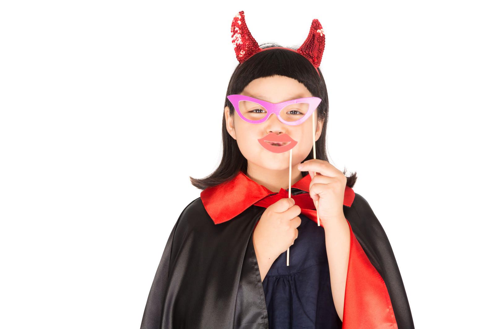 「メガネと唇で変装するプチデビル」の写真[モデル:ゆうき]