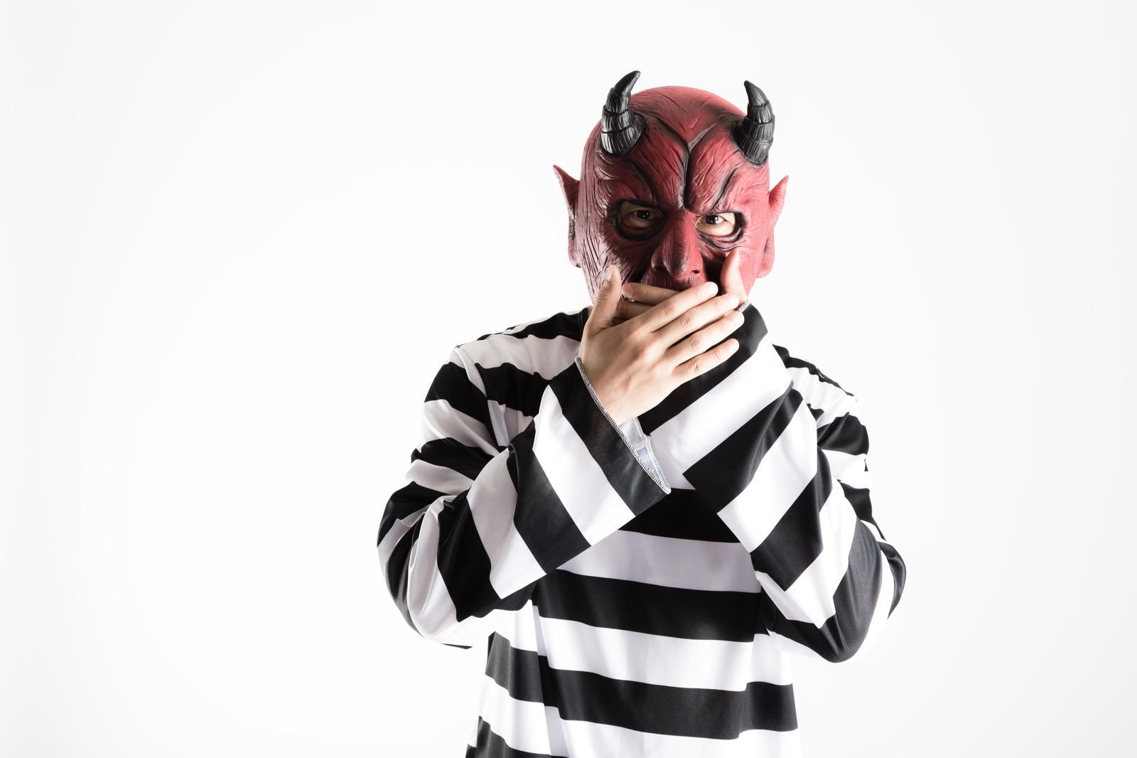 「「えっ・・・」解雇宣告に声を失うお化け屋敷の派遣社員」の写真[モデル:大川竜弥]