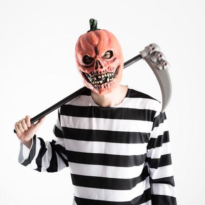 「「昨日合コン行っただろ?」と彼女にカマをかけるかぼちゃのお化け」の写真素材