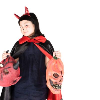 「娘がハロウィン用のマスクを提案してくる」の写真素材
