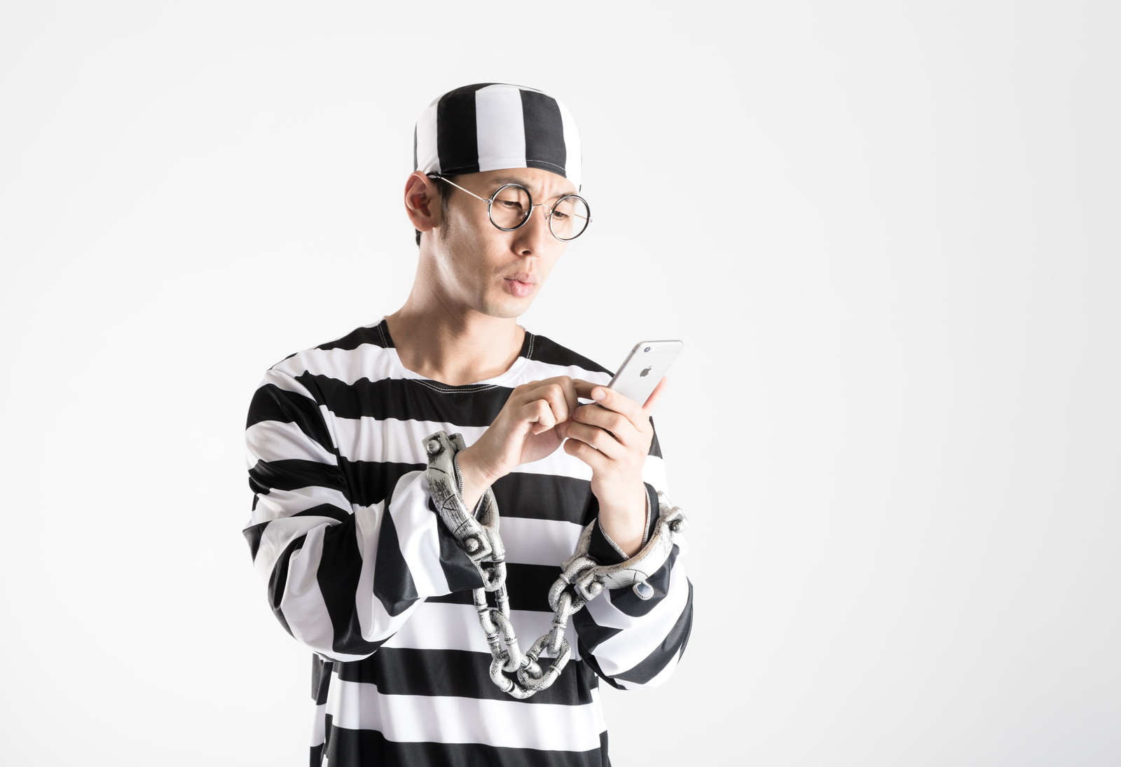 「「刑務所なう」とつぶやく囚人」の写真[モデル:大川竜弥]