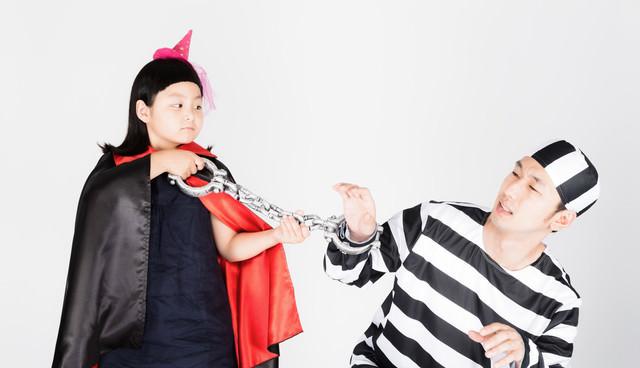 囚人服のお父さんと魔法使いの娘の写真