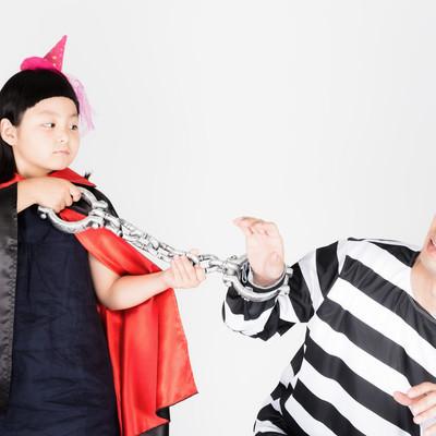 「囚人服のお父さんと魔法使いの娘」の写真素材
